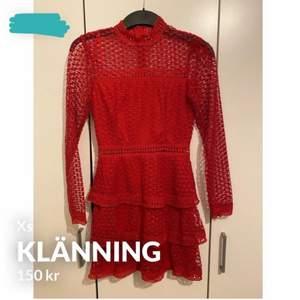 En jättesöt röd kort klänning, passar perfekt till sommaren som är påväg. Aldrig använd, storlek XS.