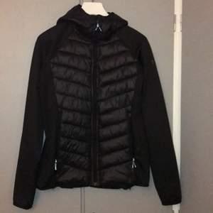 En snygg svart Mc Kinley jacka som ger väldigt fin passform, jätte bekväm att ha på sig och klär till nästan allt. funkar på sommaren,hösten och våren! srlk: 40 men sitter bra på 36/38 också!