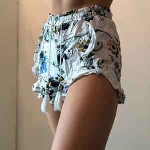 Söta, somriga, korta, bekväma shorts med volang nertill🌼🍓