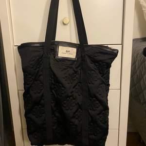 Mellanstor väska från Day, jätte bra skick och knappt använd! Fint mönster