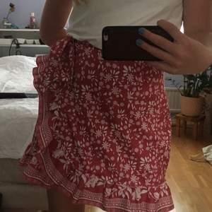 Säljer nu dennna din kjol! Köpt på SHEIN för ett tag sedan men bra kvalitet för att vara så billig. Storleken är S men kan nog även passa XS och M med mindre midjemått. Sparsamt använd. Bud om flera är intresserade❤️❤️
