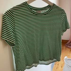 Randig croppad t-shirt från Monki i storlek S. Använd fåtal gånger så är i bra skick. Skriv gärna till mig om fler bilder önskas! 💕💕