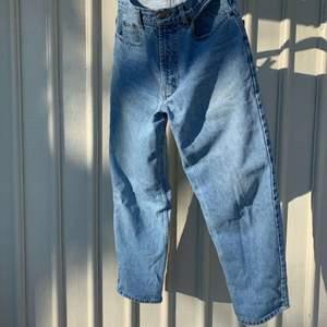 """Äldre modell ljusblåa jeans i modellen """"mom-jeans"""" från Big Stone, sitter väldigt fint. Fint skick och passar S/M.             Strl: W:30 L:30. Betalas via swish och skickas med postnord."""