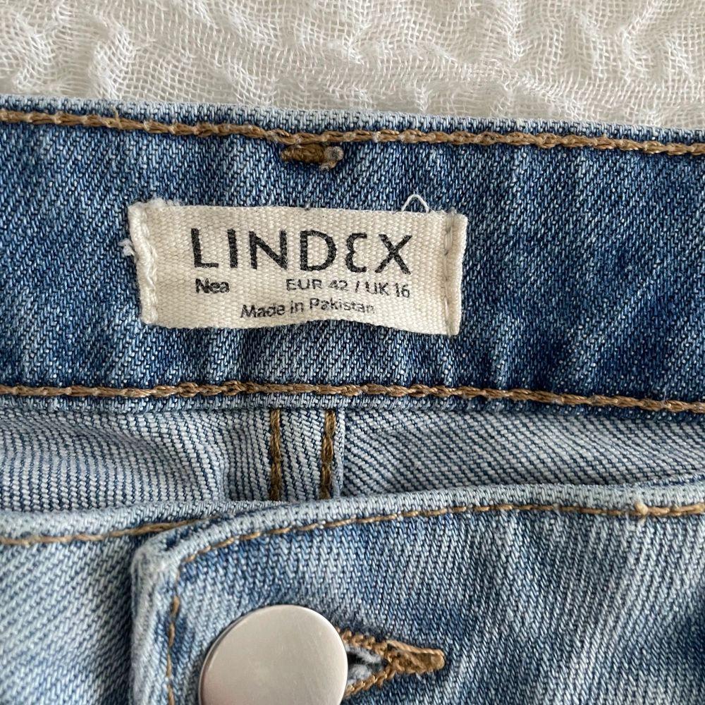 Säljer dessa väldigt fina mom jeans från Lindex i storlek 42. Sitter väldigt fint på och är i bra skick. . Jeans & Byxor.