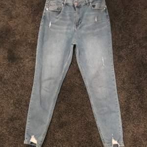 Så otroligt fina jeans som jag knappt har använt för tog fel storlek. I väldigt bra skick. Jeansen skulle jag inte säga att de passar 32 de skulle nog mer vara 36/38. Skriv om ni undrar något✨