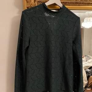 Grön tröja med blad på. I stl s. 150kr + 66kr i frakt