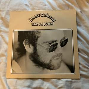 """Denna vinylskiva söker ett nytt hem! """"Elton John - Honky Château"""" originalskiva från 70-talet, ska vara i gott skick enligt den tidigare ägaren ☺️ Spana gärna in min profil för mer vinylskivor ✨"""