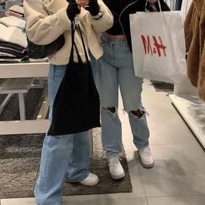 Säljer de populära Gina jeansen! Modell: 90s high Waist jeans. Använda en gång och säljer då de aldrig kommer till användning längre. Buda eller köp direkt för 450kr