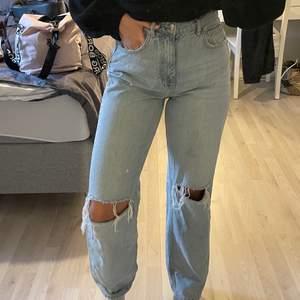 Knappt använda jeans ifrån Gina tricot. Säljes pga att jag ej använder dem. Sitter perfekt. Nypris:599kr
