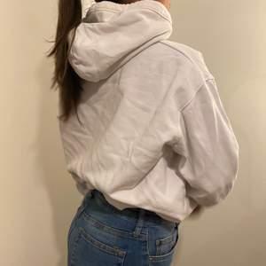 vit hoodie i storlek XS från weekday, i bra skick