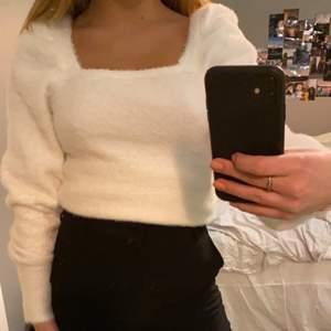 En jätte gullig stickad tröja ifrån H&M. Använd 1 gång så väldigt bra skick. Köparen står för frakt!