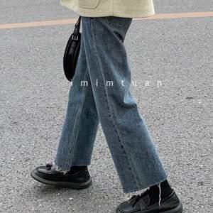 """Mörkblåa straight leg jeans med """"slitna"""" ben. Storlek M (men de är lite små i storleken så skulle säga att de passar mer som ca 36). Endast testade. Köparen står för frakt! Skicka gärna ett meddelande om du vill ha fler bilder eller har några frågor!"""