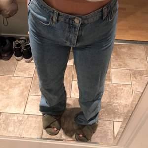 As snygga blåa jeans från zara!!! Storlek 38💗 FRAKT INGÅR INTE alltså tillkommer frakt!  högsta bud: 210kr eller köp direkt för 300