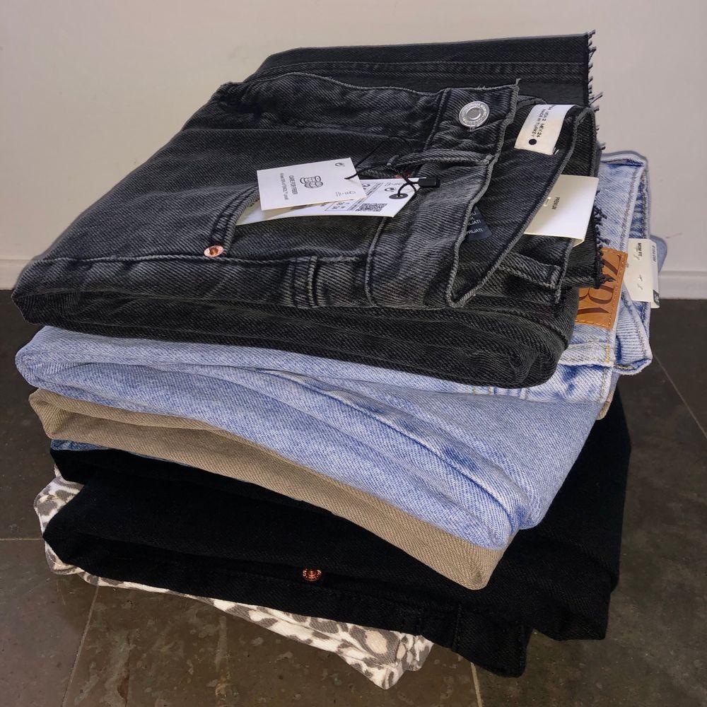 Säljer flera olika par jeans i strl 34 & 36 från zara bla. Alla är i princip helt oanvända, vissa har lapparna kvar dessutom. Kika in min senaste annons för mer information. Tveka inte att höra av er vid minsta lilla intresse. Säljer till bra priser, kan ge rabatt och sätter även ihop ett bra paketpris om man vill köpa alla, då får man ett par jeans helt gratis på köpet. Har lagt till fler jeans tillsalu på den tredje bilden!! 😊ALLA JEANS PÅ SISTA BILDEN OCH DE BEIGEA FINNS KVAR. ERBJUDANDE IFALL MAN KÖPER ALLA!!!. Jeans & Byxor.