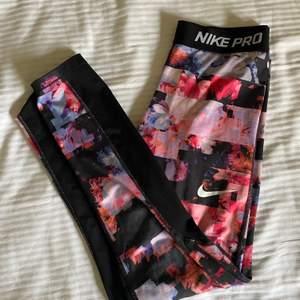 Nike tights i en färgglad färg. Andvända men i bra skick! Passar mig som vanligtvis är xs/s