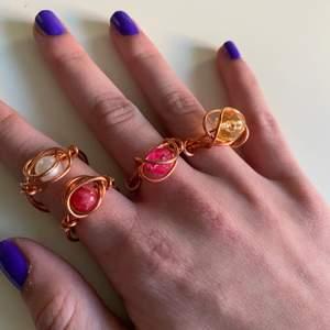 Rosé ringar med olika pärlor, skriv privat vilken ni vill ha eller om ni vill specialbeställa. [kolla in mitt konto för fler hemmagjorda smycken]