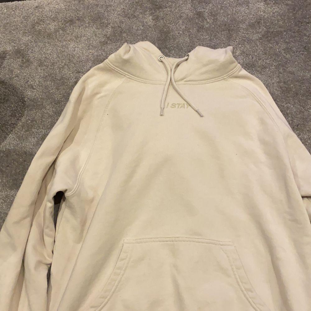 Säljer min hoodie carlings i beige hoodien har sällan använts och är i fint skick! Nypris cirka 400kr säljer för 200kr + frakt🤟🏼💕. Huvtröjor & Träningströjor.
