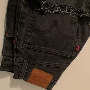 Levis jeans i modellen 501! Storlek: W25 L28! Levis storlekar e stora så dessa hade passat dig som också har w26, w27 w28 beroende på hur man vill att de ska sitta! Nypris: 1199kr mitt pris: 300kr, köpare står för frakt