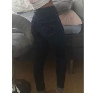 Väldigt fina levis jeans sitter perfekt efter kroppsformer, mörkblåa slimming skinny storlek 24. Sitter perfekt på mig som bär storlek Xs. Nypris 1200kr