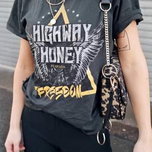 Highway honey tshirt från Gina tricot. Storlek xs men passar även s.