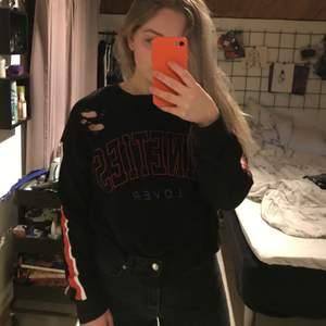 Sweatshirt från ginatricot med tryck och slitningar i storlek s, väldigt bekväm och snygg, väldigt bra skick. Säljer då den inte kommer till användning😊