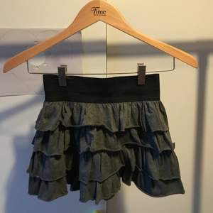 Fin mörkgrå kjol med dragkedja i baksidan. Används inte mer då den är för kort och liten för mig. Det är en falsk dragkedja så kjolen öppnas inte när dragkedjan är nere! Passar storlek S/XS
