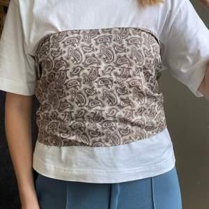 Scarf/sjal i paisley mönster, köpt vintage därav ej helt nyskick men fortf fin. Frakt kostar 24kr