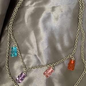 Säljer en massa björnhalsband som jag har gjort själv ❤️ kedjehalsbandet kostar 95kr + 12kr frakt, alla pärlhalsband kostar 50kr + 12kr frakt ❤️ (lila och rosa halsbandet är sålda) du kan också beställa på ig: b.bysmycken