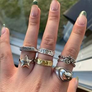 Ringar i sterling silver eller guldpläterat. 130kr styck, frakt tillkommer. Alla är justerbara.  1 ring för 130kr 2 för 240kr 3 för 320kr 4 för 400kr. Gäller alla ringar på mina andra annonser med!