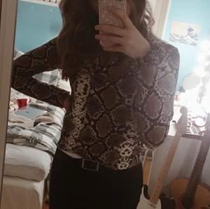 En skön och mjuk tröja från Zara i orm mönster. Den är i fint skick. Inte använd många gånger. Säljer pga inte min stil längre. Köparen betalar för frakten