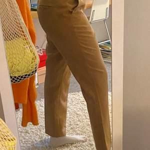 Bruna kostymbyxor från Gina Tricot. De är i storlek 42, skulle säga att de är stora i midjan men korta i benen. Passar nog de flesta storlekarna, men det beror på hur man vill att de ska sitta 🥰🥰