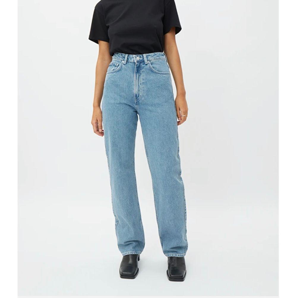 weekday jeans i modellen rowe som jag endast använt en gång! nypris 500kr. Jeans & Byxor.