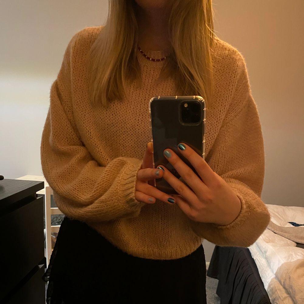 En fin och skön stickad tröja från NAKD. Säljer då jag inte använder den längre💓 120 + frakt⭐️ . Stickat.