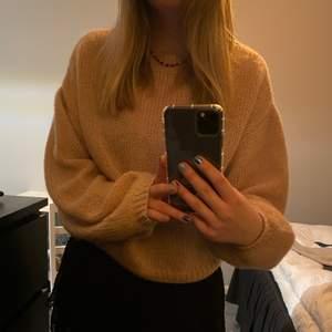 En fin och skön stickad tröja från NAKD. Säljer då jag inte använder den längre💓 120 + frakt⭐️