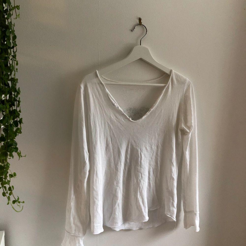 Säljer min fina zadig&voltaire tröja då den tyvärr inte kommer till användning längre. Inköpspris ca 1000, säljer för 300+frakt! Mycket bra skick. Tröjor & Koftor.