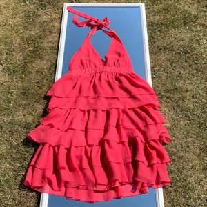 Röd/rosa klänning från Lindex, köpt här på Plick men säljs då den inte kommer till användning🧡Knyts i ryggen💓