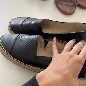 Jätte fina guess skor fint skick dom är i storlek 39/40 ungefär