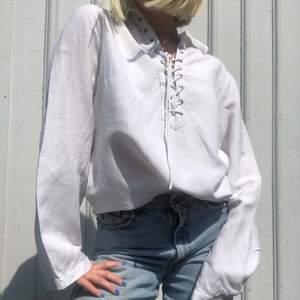 Vintage Skjortklänning i linneliknande tyg med knytning vid halsen och vida ärmar. Klassisk skjortkrage och slits på sidorna. Kan bäras som den är eller istoppad. Fint skick! + frakt 50 kr 💫 Se även mina andra annonser, jag samfraktar gärna💫
