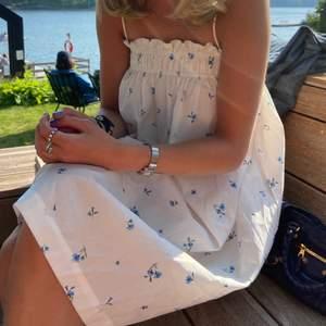 Säljer min underbara klänning med finaste mönstret! Knappt använd