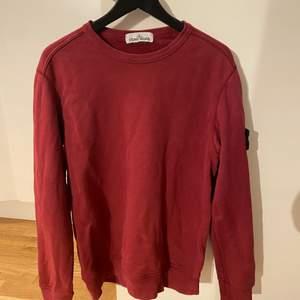 En vinröd Stone Island tröja i storlek M, köpt från Rådhuset Uppsala för 1750 för ett par år sedan. Snygg vinröd färg, inga defekter på den eller liknande. Patchen är i perfekt kondition. Skankoden finns där ifall ni vi legit checka den!