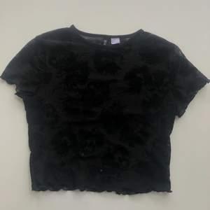 Såå cool mesh top med drakar från H&M i strl S💗 Använd fåtal gånger och säljer pga den inte är min stil längre💗 Köparen står för frakt