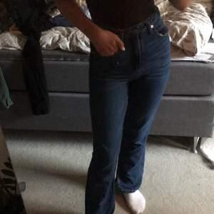 Ett par snygga mörkblåa jeans från stradivarius med slits vid foten. Aldrig använda, fick dem i julklapp 2020, så i bra skicka!💙