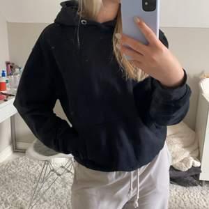 Svart hoodie från weekday med ficka på magen i fint skick💘 (den är inte alls noppig) nypris 350 kr