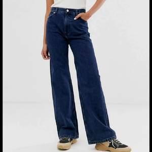 Jättefina mörkblå yoko jeans från monki. Nästan aldrig använda av mig så i bra skick. Storlek 28, så skulle säga typ s/m men passar mindre beroende på hur man Billberg de ska sitta. Tror inte denna färgen säljs längre heller? Skitfina iaf passar till allt o jättebra nu till hösten!
