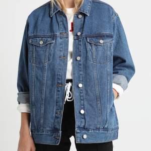 Jättefin, baggy, oversized jeansjacka från Missguided. Rymlig och ganska lång i modellen. Sparsamt använd och helt fri från fläckar. Pris kan diskuteras 🌸✨