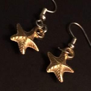 Hejsan:) jag säljer dessa örhängen jag gjort själv för 25kr + 12kr frakt 🚚