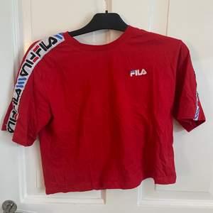 Röd fila t-shirt