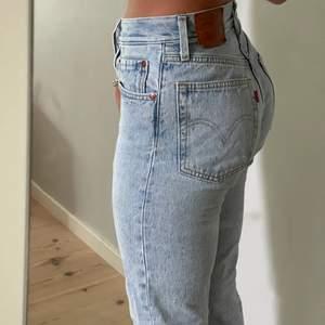 Jättesnygga levis 501 jeans, nästan nyskick bara använda ett par få gånger. Jag är 165 och de är lite korta på mig, men det kan också vara snyggt. Står ingen storlek i de men de är ungefär w:30 l:29. Passar mig bra som brukar ha s/m.