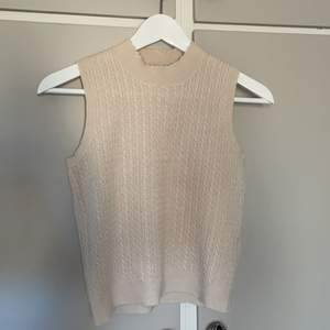 Väst från Zara i stl S. Superfin med en t-shirt under! Köpare står för frakt!