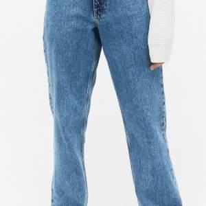 """Jeans från Monki, i modellen """"Taiki"""" (High waist, balloon leg). Även ett eget gjort hål vid högra knät. Är du intresserad så skriv till mig privat så kan du få mer bilder på jeansen. Nypris: 400kr. Storlek: 36. Använda ca 2-3 gånger, jeansen är i jätte fint skick. Frakten ingår inte i priset💗"""